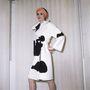 Lanvin munkáit mindig is meghatározta az Art Deco, védjegyévé váltak a bonyolult illetve gyöngyös díszítések, virtuóz hímzéstechnikák, virágminták és letisztult vonalak. Kabát, 1972-ből.