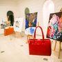 Az igazi Saffiano bőr táskák a kedvenceink. Egy ilyen piros táskához vagányan fel is lehet öltözni.