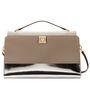 A merészebb, ezüstös táska is remekül mutat egy fehér szettel, melyhez bézs vagy ezüst cipőt húzunk.