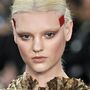 Két oldalt elválasztott hidrogénszőke frizura a Givenchynél.