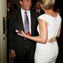 És gratulált életünk akcióhősének, Arnold Schwarzeneggernek is hátul lyukas ruhájában.