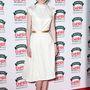 Eleanor Tomlinson kis fehér ruhája tökéletes.