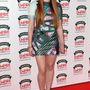Sophie Turner alakját szörnyen összenyomja a mintás Mary Katrantzou ruha.