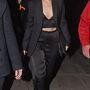 Jessie J fekete szettel kombinálja a hasvillantást.