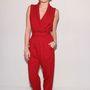 Miley Cyrus vörös, bő szárú overálban.
