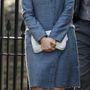 A szőke hölgy itt éppen megszeppentnek tűnik. Lehet, hogy most vette észre, hogy Middletonon ugyanaz a kabát van?