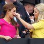 Coleen Rooney focistafeleség orrát barátnője törölgeti. Milyen elegéns!