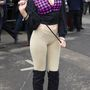 Nem úgy, mint ez a lány, aki tematikusan öltözött fel, a lóversenyhez igazította a szettet.