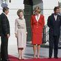 Szerette a piros színt: 1985 novemberében Nancy és Ronald Reagan társaságában is piros kosztümben jelent meg a Fehér Házban.