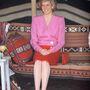 1989, Kuvait: Dianán ismét Catherine Walker ruhában van, kapalja Philip Somerville, de utóbbit épp levette.
