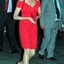 1995 november: Diana Catherine Walker piros ruhájában ússza meg villantás nélkül.