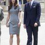 Walker 2010-ben elhunyt, divatházát második férje viszi tovább. Katalin hercegné 2011-ben a kanadai turnén tőle választott ruhát.