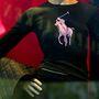 Ralph Lauren első női kollekcióját 1971-ben mutatta be, ami azért is fontos dátum a márka történetében, mert ebben az évben tűnt fel ruháin az ikonikussá vált lovaspólós logó is