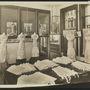 """New York, Kabo Corset Co. showroom, 1915 körül: """"A legtöbb kutató egyetért abban, hogy az ipari forradalom egymást követő szakaszai hozták be a próbababákat köztudatba."""