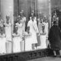 """Párizs 1920 körül. A körutakon sétáló férfiak és nők egyre inkább szerettek kirakatokat nézegetni. Hamar megszokott időtöltéssé vált a """"shoppingolás"""", ahol a próbababák központi szerepet töltöttek be az áruházak életében."""
