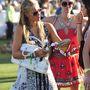 Másnap Hilton fehér luxustáskát cipelt magával a fesztiválra.