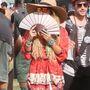 9.: Vanessa Hudgens mintás ingruhában, kalapban, diszkós napszemüvegben és legyezővel hívta fel magára a figyelmet.