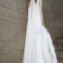 Hasonló, földig érő fehér ruhát akár nyáron is hordhat, Wang szőrme boával dobja fel esküvőre.