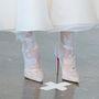 A Christian Louboutin cipő persze nem kötelező, de a különleges csipke bevonat elég jó inspiráció.