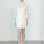 A hosszú, csipkés ujjú, térd fölé érő menyasszonyi ruha a klasszikus anyaghasználatnak köszönhetően abszolút alkalomhoz illő.