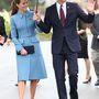 4. nap, április 10.: A hercegi pár a Knights of the Sky kiállításra mennek esőben, az Omaka Aviation Heritage Centerbe, Új-Zélandon. Katalin  Alexander McQueen kabátruhát visel. 2345 font, 882 ezer forint az ára.