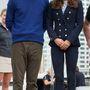 5. nap, április 11.: Sportos nap volt ez, és itt láthattuk először a hercegnén a Zara blézert. Aucklandben hajókázott a páros, Katalin Stuart Weitzman cipőt visel, mely 398 dollárba kerül.