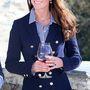 7. nap, április 13.: Majd vörösbort kóstol az Amisfield borászatnál, ezzel cáfol rá a terhességi pletykákra. Zara blézere alatt Gap blúz.