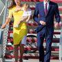 10. nap, április 16.: A hercegi pár átrepül Új-Zélandról Ausztráliába, Katalin egy személyre szabott, hirtelensárga Roksanda Ilincic ruhában van. Az eredeti verzió a tervezőnél pont fordítva sárga és fehér, a 2014-es tavaszi-nyári kollekció 'Ryedale' névre hallgató darabja. 950 font, 357 ezer forint.