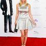 Katherine Kelly Lang színésznő kislányos ruhában pózol.
