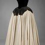 Ez egy 1951-es selyem-bársony Charles James ruha, neve: Szirom, viselője: Mrs Harvey Byron Jr, született Kathleen Whitcomb.
