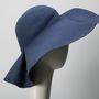 Charles James 19 évesen, 1926-ban nyitotta meg első kalapboltját Chicagóban. Ez az ő műve.