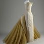 Oldalról néz ki igazán jól az 1954-ben tervezett fazon. Ezt a selyem-sifon-nylon-tüll ruhát Mrs John V Farwell III, született Margaret Willing viselte.