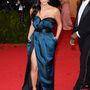 Kim Kardashian nem öltözött fel nagyon érdekesen, de a tavalyi kanapéhuzatot idéző Givenchy ruhájához képest ez nagy előrelépés.
