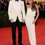 A Beckham házaspár: Victoria Beckham saját tervezésű ruhát visel és valamiért azt gondolja, a törött-nyakú-madár-póz jól áll neki.