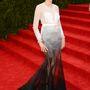 Naomi Watts Givenchy Couture-ben. Nekünk tetszik a színátmenet.