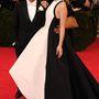 Prabal Gurung és Hailee Steinfeld a tervező ruhájában.