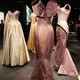 Charles James kiállított ruhái: színben és fazonban is van némi hasonlóság Lively Gucci ruhájával. Igaz, nem sok.