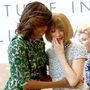 Michelle Obama nyitotta meg május 5-én a Metropolitan Museum of Art idei divatkiállítását, mely Charles James életművét mutatja be. Itt épp Anna Wintourt ölelgeti. Az esti Met-gálán sajnos nem jelent meg a First Lady.