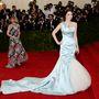 Bee Shaffer Alexander McQueen estélyiben. A háttérben Anna Wintour egy Chanel ruhában.  Nincs új a nap alatt...