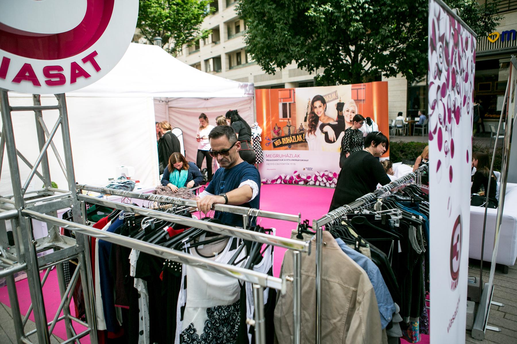A rendezvényen használt ruhát is bevettek, ami helyett egy újat választhatott az adományozó.