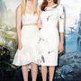 Angelina Jolie egy madaras Atelier Versace ruhát, Elle Fanning pedig egy hasvillantó felsőt választott a londoni premierre.