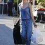 Naomi Watts kétkerekű rakodós táskával és nejlonszatyrokkal korzózott a piacon.
