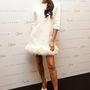Victoria Beckham saját ruhájában haknizik Szingapúrban.