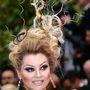 Még mindig 2013: reméljük, idén is mutat vagy háromféle frizurát Lenina Cannes-ban.