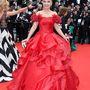 Van apropója is a firzurának, ugyanis Lenina május 14-én a Grace:Monaco csillaga című film premierjén jelent meg királynői szettben.