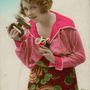 A virágos ruhát viselő hölgy arra kíváncsi, hogy mennyire forró a vasaló. Veszélyes módszer, de biztos hatásos.