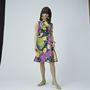 Az 1960-as években átalakultak a ruhák, szűkebbek, kicsit rövidebbek lettek, de a virágminta örök.