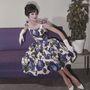 Nem tudni, hogy a kanapéhoz választották-e a ruhát vagy fordítva, de nem is ez a lényeg. A kép a hatvanas évek elején készülhetett.