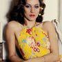 Anouk Aimée színésznő lánya, Manuela Papatakis a párizsi fotózás kedvéért egy pliszírozott ruhát öltött magára. Év: 1976