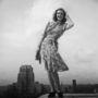 Norman Hartnell tervezte a ruhát, amit hét kuponért lehetett megvásárolni 1943-ban. A fotó a  Bloomsbury kissé szeles tetején készült.